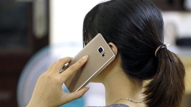 Thuê bao tại 5 tỉnh, thành khi nhấc máy gọi điện thoại sẽ được nghe âm thanh khuyến cáo người dân nên ở nhà (ảnh: Thanh Niên)