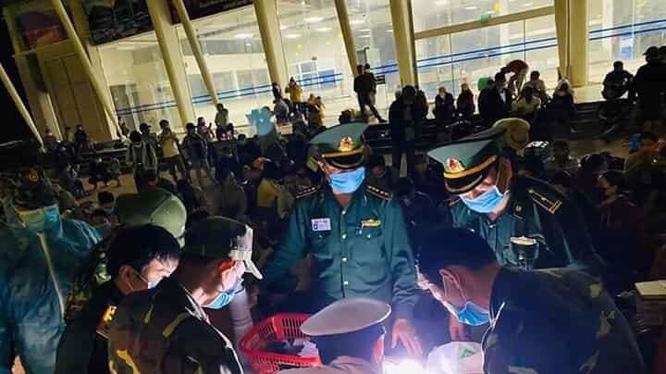 3000 bộ đồ bảo hộ y tế đã được chuyển đến cho các cán bộ y tế, công an cửa khẩu và bộ đội biên phòng tại Hà Tĩnh, Nghệ An