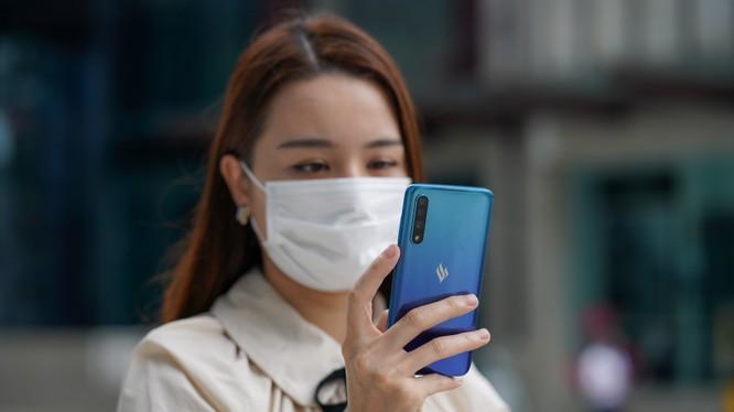 Công nghệ nhận diện khuôn mặt đeo khẩu trang có thể được dùng để xác thực công nhân tại cổng vào nhà máy hoặc mở khóa điện thoại