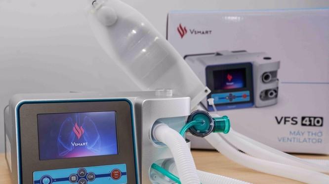 VSmart VFS-410 là bản nâng cấp đặc biệt của phiên bản máy thở đầu tiên VFS-310 do các kỹ sư Vingroup phát triển từ ý tưởng thiết kế của Đại học MIT (Mỹ)