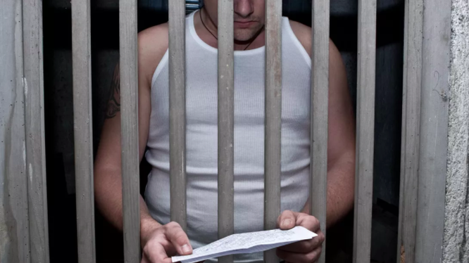 Thư giấy là phương tiện liên lạc giữa gia đình và tù nhân (ảnh minh họa: Getty Images)