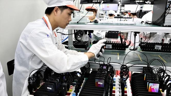 Công nhân kiểm định chất lượng tại nhà máy sản xuất điện thoại Vsmart