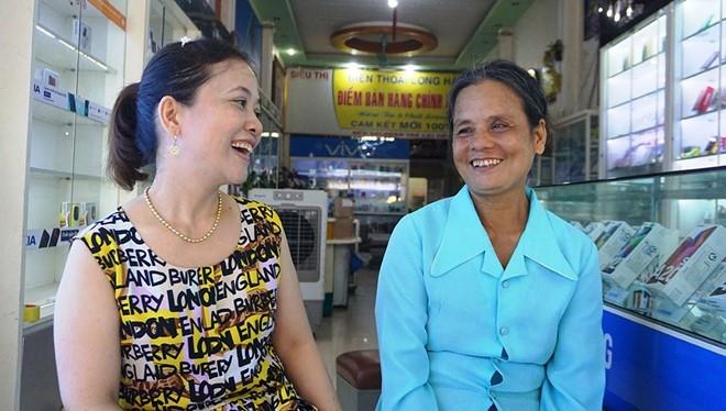 Chị chủ cửa hàng điện thoại và người phụ nữ đến mua thẻ cào (ảnh: báo Thanh Niên)
