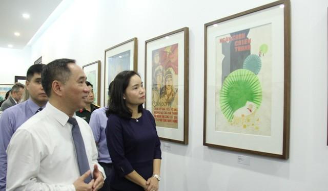 Thứ trưởng Bộ Văn hóa, Thể thao và Du lịch Trịnh Thị Thủy tham dự triển lãm