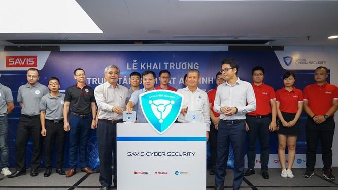 Thứ trưởng Bộ TT&TT Nguyễn Thành Hưng, Chủ tịch Hội Truyền thông số VN Nguyễn Minh Hồng và ban lãnh đạo SAVIS bấm nút khai trương Trung tâm SAVIS Cyber Security