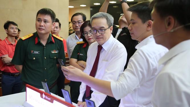 Thứ trưởng Phan Tâm thăm một gian trưng bày tại sự kiện Sơ kết 6 tháng đầu năm của bộ TT&TT ngày 6/7