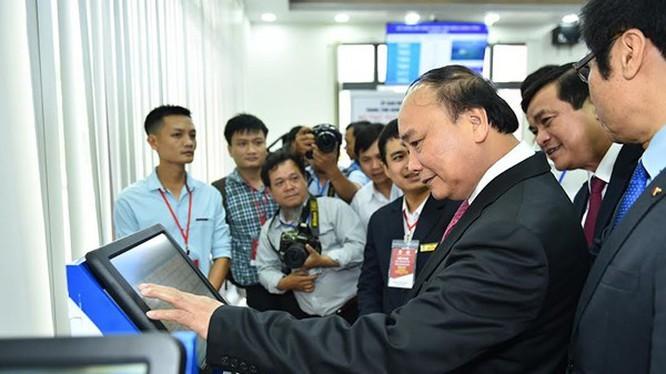 Thủ tướng tham quan Trung tâm hành chính công và xúc tiến đầu tư tỉnh Quảng Nam (ảnh: báo Quảng Nam)
