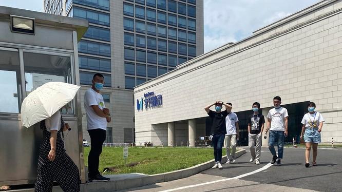 Nhân viên của ByteDance di chuyển trước trụ sở làm việc tại Bắc Kinh. Công ty sở hữu TikTok đang bị cuốn vào cuộc chiến công nghệ Mỹ - Trung (ảnh AP)