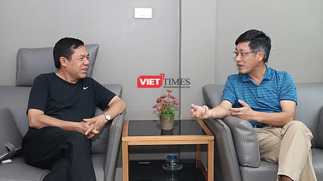 TS Đỗ Lê Chi (phải) trong một cuộc phỏng vấn với nhà báo Lê Thọ Bình
