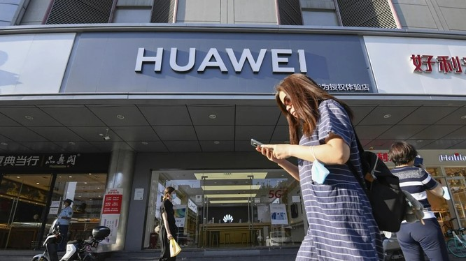 Hệ điều hành Harmony độc quyền của Huawei sẽ có trong tất cả các điện thoại thông minh của công ty từ năm sau. Hệ điều hành này cũng có thể được sử dụng trong loa thông minh, thiết bị đeo và hệ thống trên xe (ảnh: Kyodo)
