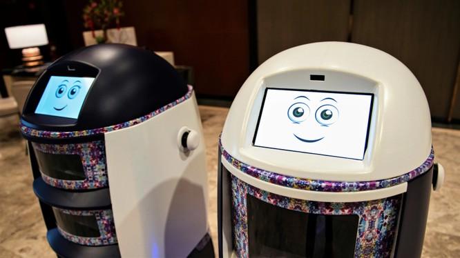 Robot phục vụ phòng tại một khách sạn ở Singapore - quốc gia dẫn đầu Đông Nam Á về ứng dụng AI. Khách sạn là lĩnh vực then chốt của công nghệ này (ảnh: Reuters)