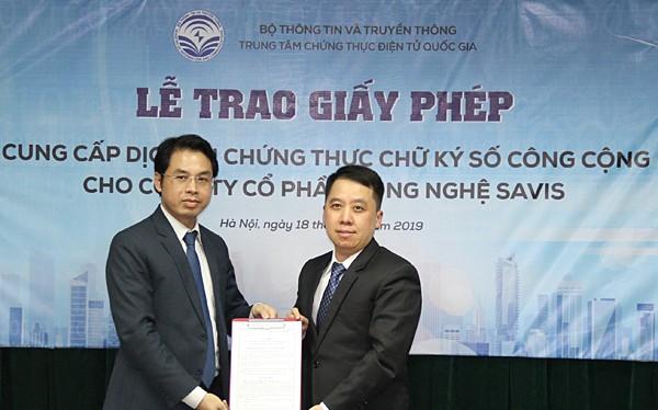 ông Lã Hoàng Trung – Giám đốc Trung tâm chứng thực điện tử Quốc gia (bên phải) trao giấy phép Cung cấp dịch vụ Chứng thực chữ ký số công cộng cho Công ty Cổ phần Công nghệ SAVIS