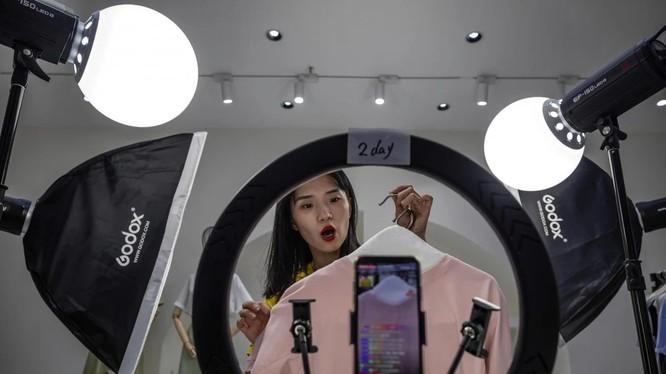 """Theo Bộ Thương mại Trung Quốc, thị trường bán lẻ trực tuyến là một trong số ít lĩnh vực không bị ảnh hưởng bởi đại dịch Covid-19 (ảnh"""" EPA-EFE)"""