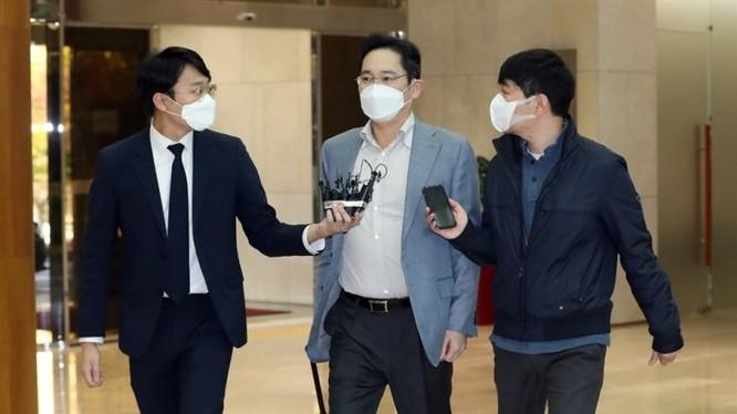 Báo chí Hàn Quốc phỏng vấn Phó Chủ tịch Samsung tại sân bay trước khi sang Việt Nam (Ảnh: Korea Times)