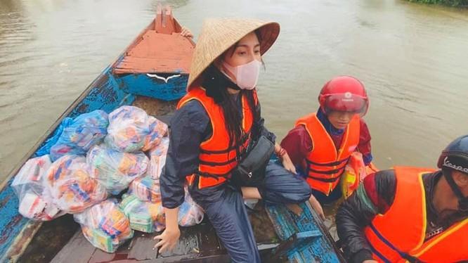 Ca sĩ Thuỷ Tiên đi thuyền trao tiền và hàng cứu trợ cho đồng bào lũ lụt tại các tỉnh miền Trung
