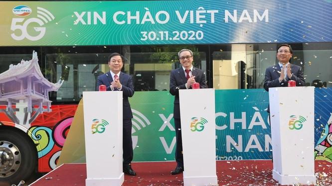 Thứ trưởng Bộ TT&TT Phan Tâm, Thiếu tướng Lê Đăng Dũng và Giám đốc Sở TT&TT Hà Nội Nguyễn Thanh Liêm khai trương mạng 5G tại Hà Nội (ảnh: báo Thanh Niên)