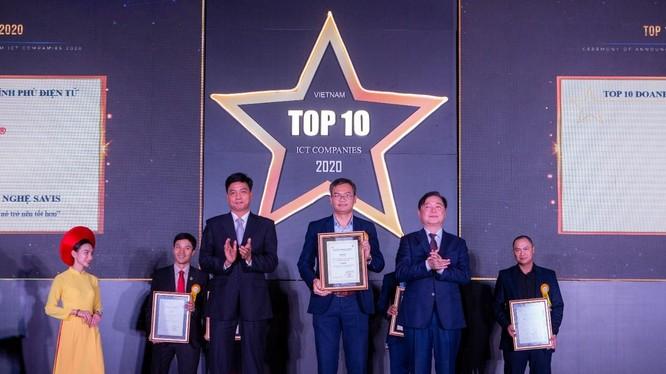 Ông Nguyễn Thanh Tùng – Giám đốc Giải pháp Phần mềm, đại diện công ty nhận Chứng nhận TOP 10 Doanh nghiệp cung cấp giải pháp Chính phủ điện tử