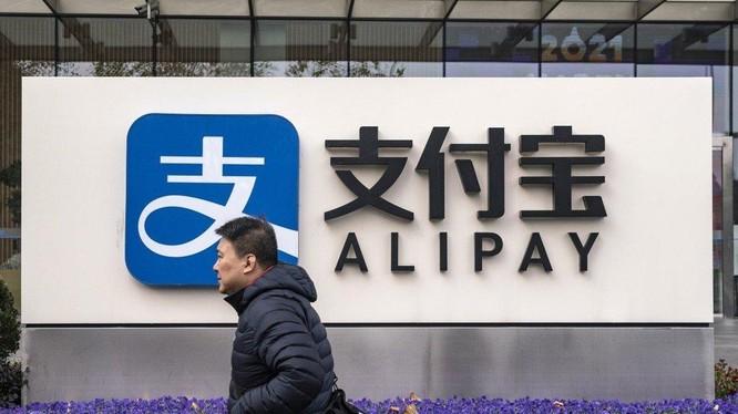 Một người đi qua chi nhánh Alipay ở Thượng Hải, Trung Quốc (ảnh: Bloomberg)