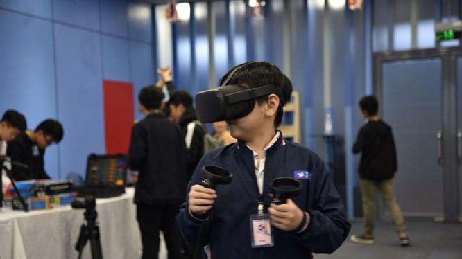 Một bạn trẻ trải nghiệm công nghệ thực tế ảo tại triển lãm