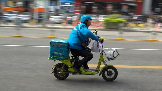 Shipper giao đồ ăn ở Trung Quốc của hãng Ele.me (ảnh: KR.Asia)