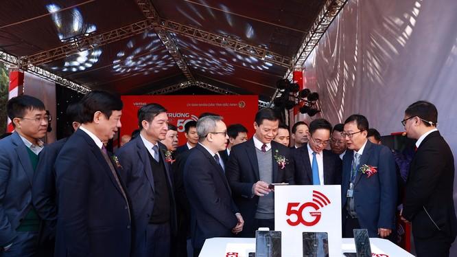 Thứ trưởng Phan Tâm và lãnh đạo tỉnh Bắc Ninh trải nghiệm dịch vụ 5G tại KCN Yên Phong