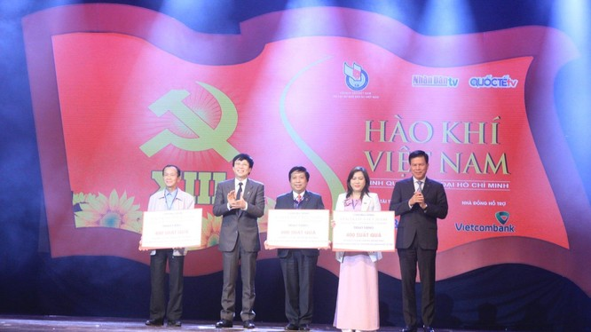 Ông Hồ Quang Lợi Chủ tịch thường trực Hội nhà báo Việt Nam trao quà cho đại diện 3 tỉnh miền Trung (ảnh AT)