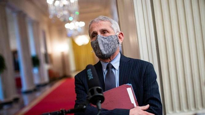 Trưởng Cố vấn Y tế của Nhà trắng – tiến sĩ Anthony Fauci, ủng hộ việc đeo nhiều khẩu trang cùng lúc (ảnh: CNP)