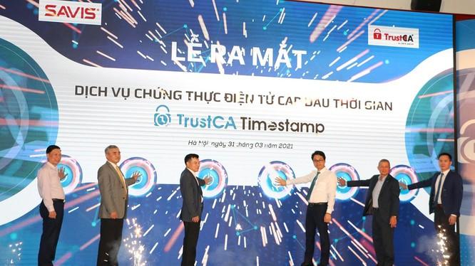 Các quan chức của Bộ Y tế, Chủ tịch Hội truyền thông số Việt Nam, Chủ tịch Hiệp hội An toàn thông tin và đại diện công ty SAVIS bấm nút khai trương dịch vụ TrustCA Timestamp