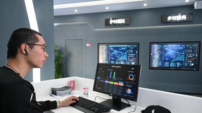 """Một nhân viên kiểm tra dữ liệu thông qua một nền tảng số được gọi là """"làng thông minh"""" ở làng Baihu, huyện Trường Lạc, Phúc Châu, tỉnh Phúc Kiến, đông nam Trung Quốc (ảnh: Tân Hoa Xã)"""