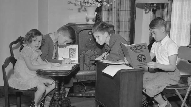 """Học sinh Chicago thực hiện các bài học trên """"trường học radio"""" vào năm 1937 (ảnh: Bettmann)"""