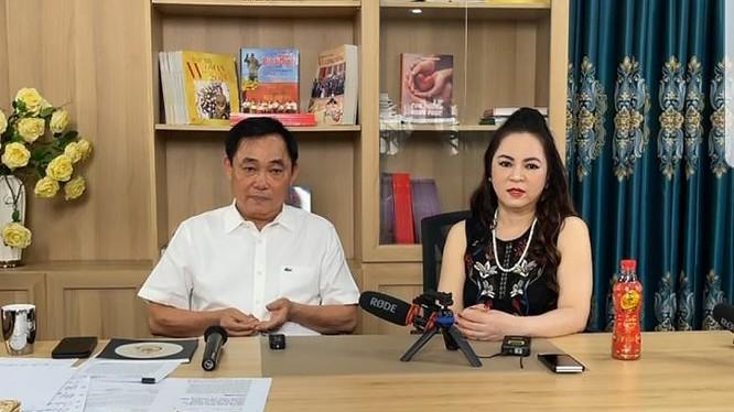 ông Dũng và bà Hằng xuất hiện trong buổi livestream ngày 30/5