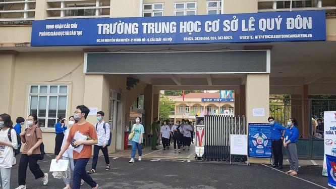 Các thí sinh thi vào lớp 10 tại điểm thi THCS Lê Quý Đôn sáng 12/6/2021