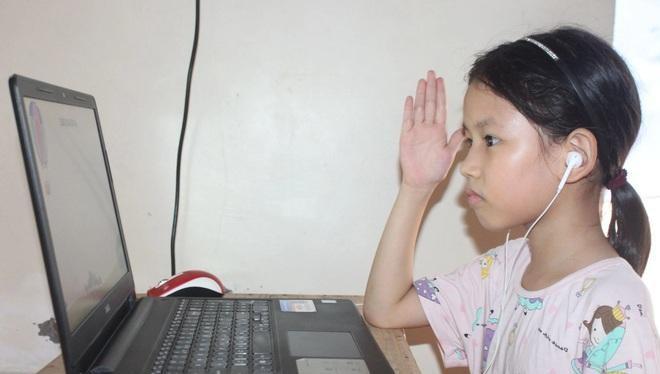 Để tham gia học trực tuyến, học sinh cần được trang bị máy tính hoặc điện thoại có kết nối Internet. Nhưng không phải gia đình nào cũng có khả năng trang bị máy tính cho con em mình