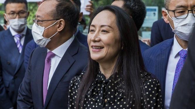 Bà Mạnh Vãn Chu rời tòa án tối cao British Columbia (Ảnh: EPA)