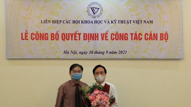 Ông Phùng Xuân Nhạ nhận hoa chúc mừng từ Chủ tịch VUSTA Phan Xuân Dũng (ảnh VUSTA)