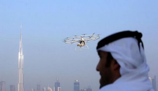 Một người đàn ông đang nhìn chiếc taxi bay tại Dubai (Reuter)