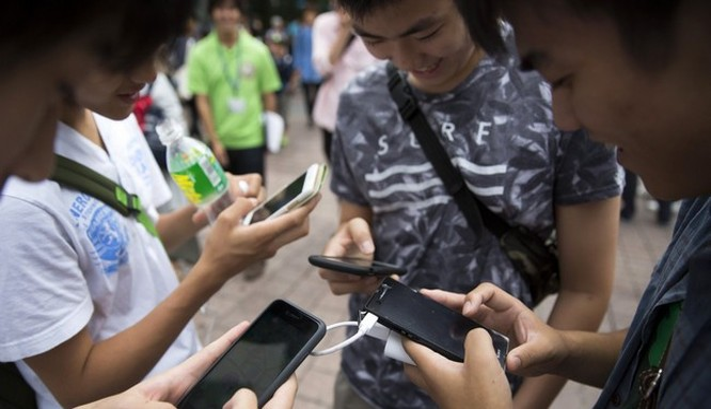 Những người trưởng thành được trải nghiệm lại cảm giác tiếp xúc và sở hữu thông qua chiếc điện thoại của mình (Ảnh Getty)
