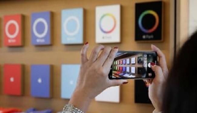 Smartphone đang ảnh hưởng đến mọi mặt đời sống xã hội (Ảnh ibTimes)