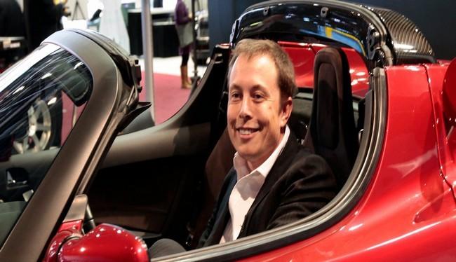 Tỷ phú Elon Musk trong chiếc xe Tesla Roadster màu Cherry của mình (Ảnh Reuters)