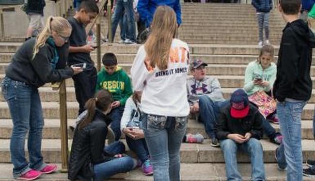 Giới trẻ đang ngày càng sống mà không thể thiếu smartphone (Ảnh ibTimes)