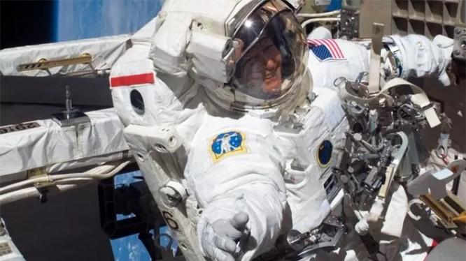 Hình ảnh bà Peggy Whitson bước đi trong vũ trụ năm 2008 (Ảnh NASA)