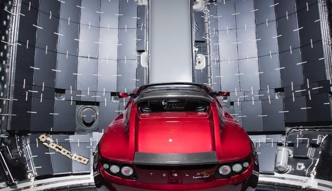 Chiếc Tesla Roadster màu đỏ của Elon Musk trong khoang sợi cacbon của tên lửa Falcon Heavy (Ảnh Instagram)