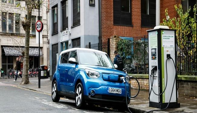 Chiếc xe Go Ultra Low Kia Soul EV đang sạc điện trên đường phố London (Ảnh Getty Images)