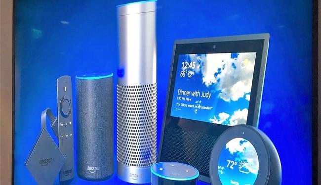 Các thiết bị loa thông minh của Google và Amazon (Reuters)
