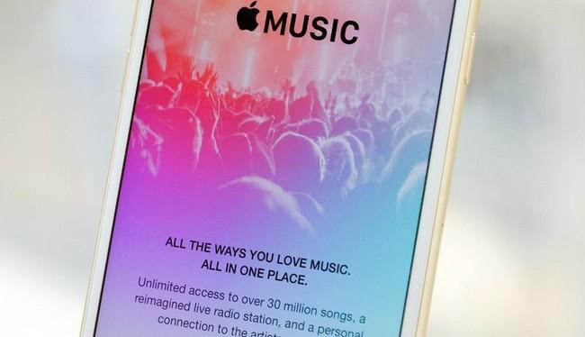 Trong một bài viết gần đây, chuyên gia phân tích Ming-Chi Kuo cho rằng Apple sẽ phát hành một mẫu tai nghe cao cấp vào cuối năm nay (Ảnh The Verge)