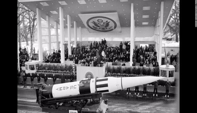 Một cuộc diễu hành tên lửa hạt nhân trước khi tổng thống John F. Kennedy phát biểu nhậm chức năm 1961 (Ảnh Public Domain)