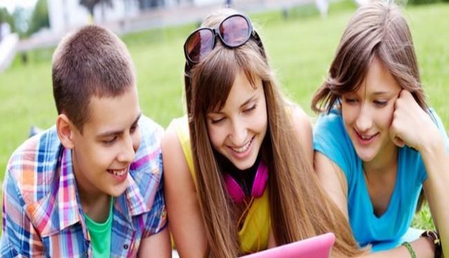 Trẻ em đang ngày càng dành nhiều thời gian trên không gian mạng (Ảnh Shutterstock)