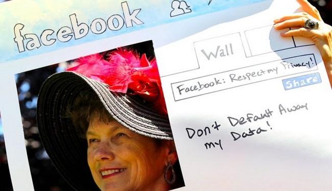 Một người phụ nữ biểu tình chống lại Facebook (Ảnh Getty)