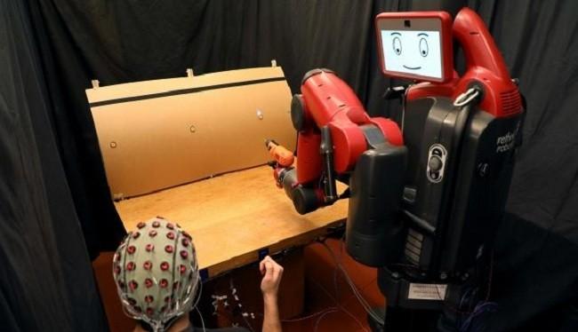 Một hệ thống do trường MIT phát triển cho phép con người điều khiển robot bằng cách sử dụng các cử chỉ và sóng não của chúng ta (Ảnh MIT CSAIL)
