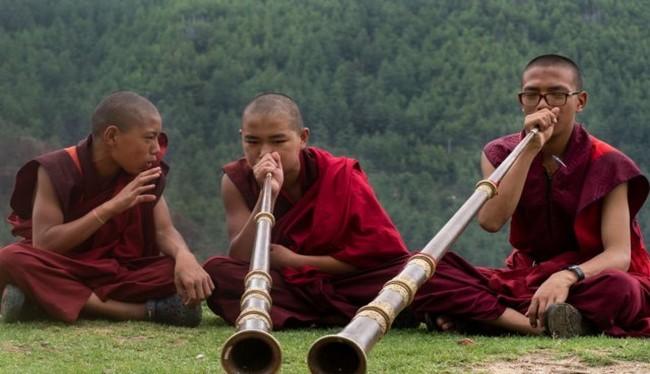 Những nhà sư trẻ đang tập chơi sáo tại chùa Dechen Phodrang, Thimphu, Bhutan (Ảnh Getty Images)